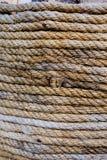 La corde enroulée autour des piliers a un noeud et le noeud est employé images stock