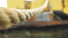 La corde est attachée à un vieux bateau rouillé clips vidéos