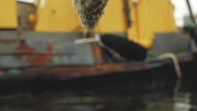 La corde est attachée à un vieux bateau rouillé banque de vidéos