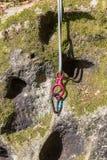 La corde et les carabiners sont préparés pour s'élever photo stock