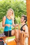 La corde s'élevante active de jeune femme détendent la terrasse Images stock