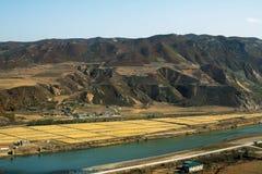 La Corea del Nord di fronte alla città cinese di Tumen Fotografia Stock
