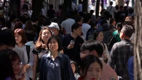 LA COREA DEL SUD - 29 MAGGIO 2018: Molti cittadini coreani che camminano lungo la via a Seoul Folle della gente alla città asiati video d archivio