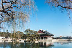 La Corea del Sur se jacta los edificios de madera construidos en la dinastía de Joseon Pasillo del banquete del rey Imagenes de archivo