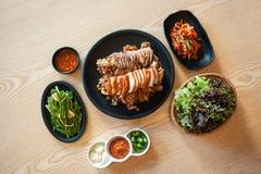 La Corea ha arrostito il maiale che il cibo cotto è disposto sulla tavola Fotografie Stock
