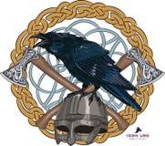La corneille noire se reposant sur un casque de Viking avec deux a croisé des haches sur le modèle de Scandinave de fond Photographie stock libre de droits