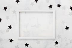 La cornice bianca con il nero e l'argento stars intorno per il modello di blogging di modo Vista superiore e disposizione piana Fotografia Stock Libera da Diritti