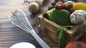 La corolla della cucina, il coltello della pizza, le erbe, verdure pepa, pomodoro, la cipolla, l'aglio, il sale, olive per la cot archivi video