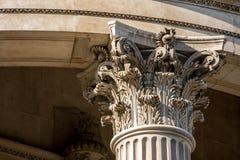 La corona di una colonna con la scultura fine Fotografia Stock