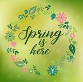 La corona floreale romantica con la primavera di citazione è qui illustrazione di stock