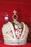 La corona real hecha del oro y adornada con las piedras preciosas multicoloras fotos de archivo libres de regalías