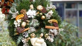 La corona verde alla moda di Natale di agrifoglio, i rami dell'abete, l'anice, arancio secchi ed altri sono venduti al mercato di archivi video