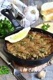 La coronilla del hígado y de las verduras de la carne de vaca coció en sartén Foto de archivo libre de regalías