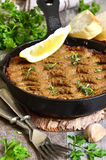 La coronilla del hígado y de las verduras de la carne de vaca coció en sartén Imágenes de archivo libres de regalías