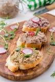 La coronilla di canard en el pan fresco de las rebanadas con las hierbas y el hogar del rábano hizo estilo Foto de archivo libre de regalías