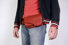 La correa masculina empaqueta bolsas Fotos de archivo
