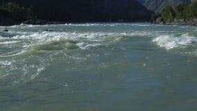 La corrente di un fiume della montagna video d archivio