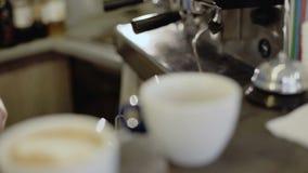 La corrente di versamento munge in una tazza di caffè espresso 4K stock footage