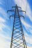La corrente elettrica allinea mentre il sole mette nel fondo Fotografia Stock Libera da Diritti