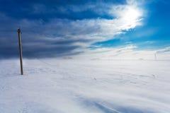 La corrente elettrica di fase rotta allinea sui pali elettrici sulla campagna nell'inverno durante la tempesta ed il forte vento  Fotografia Stock Libera da Diritti