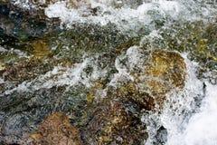 La corrente ha schiaffeggiato le onde sulla pietra immagini stock