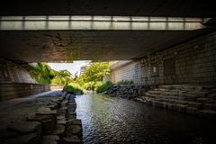 La corriente de Cheonggyecheon vista debajo de un puente imágenes de archivo libres de regalías