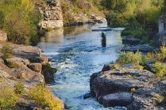 La corriente del río entre las piedras Imagenes de archivo