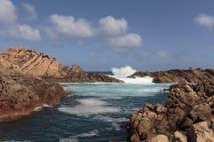 La corriente fuerte del agua que acomete a través de las rocas en el canal oscila Imágenes de archivo libres de regalías