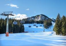 La corsa con gli sci della montagna pende e l'ascensore di sci a Hausberg superiore vicino alla città di Garmisch-Partenkirchen Immagine Stock