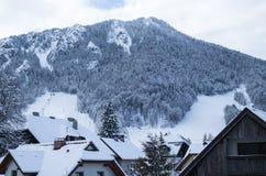 La corsa con gli sci pende nel paesaggio dell'inverno sopra la città di Kranjska Gora in Julian Alps, Slovenia Fotografia Stock Libera da Diritti