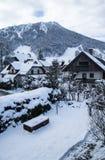 La corsa con gli sci pende nel paesaggio dell'inverno sopra la città di Kranjska Gora in Julian Alps, Slovenia Fotografie Stock