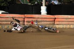 La corsa della gara motociclistica su pista, cade del corridore Fotografie Stock Libere da Diritti