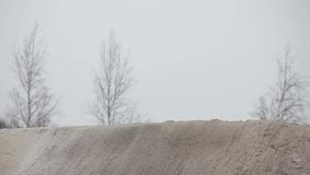 La corsa di motocross dell'inverno salta sul motociclo stock footage