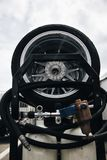 La corsa spinge su un carrello con il carro armato compresso dell'aria - gomme utilizzate fotografia stock