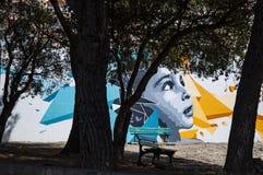 La Corsica, Corse Haute, banco, albero, parco, murales, graffiti, infanzia, arte della via, Francia, Europa fotografie stock libere da diritti