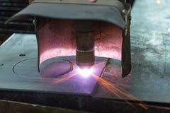La cortadora del laser corta la hoja de metal de acero Fotos de archivo libres de regalías