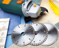 La cortadora y los diversos discos desmontables. Aún vida industrial Imagen de archivo libre de regalías