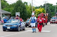 La corte real entretiene en el desfile de Mendota foto de archivo