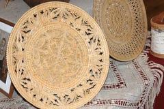 La corteccia di betulla ha scolpito i piatti per pane fotografia stock libera da diritti