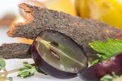 La corteccia di cannella con la mezza uva fotografie stock
