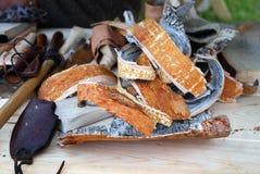 La corteza de árbol de olmo junta las piezas en una tabla de madera Foto de archivo libre de regalías