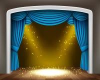 La cortina azul del teatro clásico con los proyectores del oro y asperja en el piso de madera Imagen de archivo