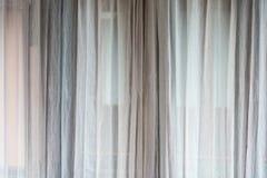 La cortina blanca o cubre el fondo Fotos de archivo