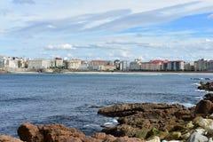 La Coruna do passeio Rochas, água azul com espuma, praia, passeio e baía Fundo de Autum Galiza, Spain imagens de stock