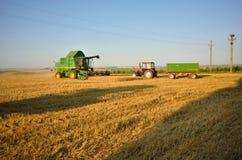 La cosechadora se prepara para descargar la cosecha Fotos de archivo libres de regalías