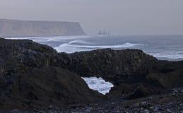 La costa atlántica con la arena negra y las rocas enormes de la lava imagenes de archivo