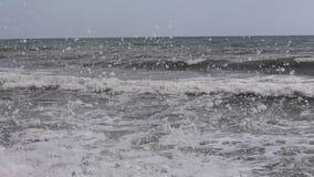 La costa búlgara que se excita en Obzor, tiro del Mar Negro en un verano especial 2018 del ángulo almacen de video