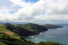 La costa collinosa dell'Oceano Atlantico sull'isola di San Miguel Immagini Stock