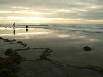 La costa con dos personas. Imagen de archivo libre de regalías