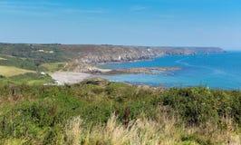 La costa Cornualles del lagarto a Kennack enarena día de verano soleado del cielo azul Imágenes de archivo libres de regalías